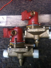 Клапан запорный проходной штуцерный с ЭМП и ручным управлением 587-35.8491-07 ДУ32, РУ10, -220В, латунь