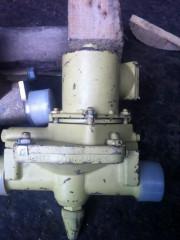 Клапан запорный проходной штуцерный с ЭМП и ручным управлением 587-35.8491-03 ДУ32, РУ10, ~380В, латунь